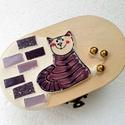Cicás macskás mozaik rusztikus fadoboz ékszerdoboz kincsesládika, Otthon & lakás, Lakberendezés, Tárolóeszköz, Doboz, Dekoráció, Nagyon kedves és vidám darab. Alapja fa, fémcsattal záródik. Díszítése üvegmozaik, mozaikgyöngy és e..., Meska