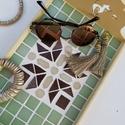 Zöld barna bézs kaleidoszkóp  mintás mozaik tálca  kávé és tea kínáló , Otthon & lakás, Lakberendezés, Konyhafelszerelés, Tálca, Asztaldísz, Nagyon kedves kínáló tálca - sápadt olivazöld, csoki barna, bézs, mázas kerámia mozaikkal és üvegmoz..., Meska