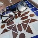 Sötétkék barna fehér kakaó kaleidoszkóp  mintás mozaik tálca  kávé és tea kínáló , Otthon & lakás, Lakberendezés, Konyhafelszerelés, Tálca, Asztaldísz, Nagyon kedves kínáló tálca - mélykék, csokibarna és fehér mázas kerámia mozaikkal és üvegmozaikokkal..., Meska