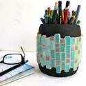 Fekete kék zöld színátmenetes nagyméretű mozaik asztali ceruza tartó, ecset tároló, hordó tolltartó fa bödön, Gyerek & játék, Férfiaknak, Gyerekszoba, Tárolóeszköz - gyerekszobába, Méretes, feltünő, stabil és látványos tolltartó.  Különleges hordó alakú fa ceruzatartó, színes vidá..., Meska