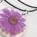 Műgyanta medál,  műgyantába öntött eredeti préselt lila virág, Ékszer, Medál, Nyaklánc, Egyszerű darab ez a préselt virágos kedves medál, amely megőrzi és magában hordozza a nyár  hangulat..., Meska