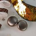 Antikolt bronzszínű bőrlakk klasszikus makaron fülbevaló, Ékszer, Fülbevaló, Az ár egy pár fülbevalóra vonatkozik.  Elegáns darab ez az egyszerű gombfej betétes fülbevaló. A 20 ..., Meska