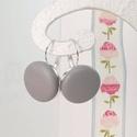 Szürke valódi bőr klasszikus makaron fülbevaló, Ékszer, Fülbevaló, Az ár egy pár fülbevalóra vonatkozik.  Elegáns darab ez az egyszerű gombfej betétes fülbevaló. A 20 ..., Meska