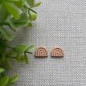 LIZA mini szivárvány bézs gyurma fülbevaló, Kézzel készült egyedi fülbevaló, bézs süthe...