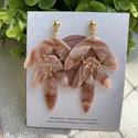 HARMONY bronz fehér márványos gyurma fülbevaló, Kézzel készült egyedi fülbevaló, fehér és b...