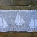 Vitorlások között-Tengert és vitorlás hajókat ábrázoló horgolt,fehér függöny,  Erer részére készült! Kellemes nyarat emléke...