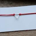 Vékony piros karkötő háromszög alakú dísszel, Ékszer, Férfiaknak, Karkötő, Ékszer, kiegészítő, Csomózás, Ékszerkészítés, Vékony, piros zsinórból készült karkötő, háromszög alakú nemesacél medállal. Ellenállóbb mint az ar..., Meska