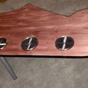 Gitárnyak asztal, Bútor, Mindenmás, Asztal, Hangszer, zene, Famegmunkálás, Mindenmás, Tiszta fából készült pácolt dohányzóasztal fém lábakon. Felülete lakkozva és pohártartók rajta., Meska