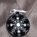 """Silver pontozott mandala gömbdísz, karácsonyfa dísz, Karácsony & Mikulás, Karácsonyfadísz, Festett tárgyak, """"A letisztult tökéletesség"""" 8cm átmérőjű műanyag gömb akrilfestékkel festve, lakkal fixálva, strass..., Meska"""