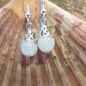 Fehér fülbevaló, Ékszer, Fülbevaló, Ékszerkészítés, Fehér akril gyöngyből készített fülbevaló,ezüst dísszel., Meska