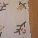 Karácsonyi hímzett terítő, Dekoráció, Ünnepi dekoráció, Karácsonyi, adventi apróságok, Karácsonyi dekoráció, Hímzés, 24 x 24 cm-es hímzett karácsonyi terítő., Meska