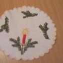 Karácsonyi hímzett terítő, Dekoráció, Ünnepi dekoráció, Karácsonyi, adventi apróságok, Karácsonyi dekoráció, Hímzés, 18 cm átmérőjű kézzel hímzett terítő, Meska