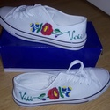 Kalocsai mintával hímzett névvel ellátott vászoncipő, Magyar motívumokkal, Kalocsai mintás kézzel hímzett cipő. A kért méretben, színben, névvel 7-10 nap alatt., Meska