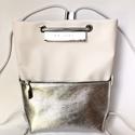 TEKLA bag törtfehér ezüst bőr zsebes hátizsák, TEKLA hátizsák. Ez a táska hátizsákként és ...