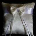 Elegáns ekrü, masnis gyűrűpárna - nagy, új, Otthon & lakás, Esküvő, Dekoráció, Gyűrűpárna, Elegáns, ekrü színű szatén selyem anyagból készített, ekrü színű pamut csipkével, vastag fehér szaté..., Meska