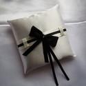 Fekete masnis, ekrü gyűrűpárna, Esküvő, Gyűrűpárna, Fényes, ekrü színű szatén selyemből készült gyűrűpárna, fekete masnival és strasszkővel.    A gyűrűk..., Meska