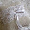Fehér csipkés masnis, lenvászon gyűrűpárna, Esküvő, Gyűrűpárna, Lenvászon anyagból készült rusztikus gyűrűpárna középen romantikus csipkével és szatén s..., Meska