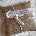 Csipkés, virágos zsákvászon gyűrűpárna , Esküvő, Gyűrűpárna, Zsákvászon anyagból készült rusztikus stílusú gyűrűpárna vékony fehér szintetikus csipkével, valamin..., Meska