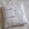 """Vintage hófehér """"Anna"""" gyűrűpárna, Esküvő, Gyűrűpárna, Egyszerű és visszafogott, hófehér matt anyagból készített, gépi hímzéssel készült szíves motívummal ..., Meska"""