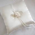 Ekrü rózsás gyűrűpárna, Esküvő, Gyűrűpárna, Köszöntelek a boltomban!  Elegáns, ekrü színű szatén selyem anyagból készített, ekrü róz..., Meska