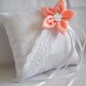 Barack-virág gyűrűpárna - kicsi, új, Esküvő, Gyűrűpárna, Barack színű virággal és keresztben francia csipkével díszített, fényes szatén selyemből készült gyű..., Meska