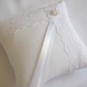 Francia csipkés gyűrűpárna gyöngy virággal - kicsi méret, Dekoráció, Esküvő, Gyűrűpárna, Gyönyörű, francia csipkével, viaszgyöngyből készült virággal díszített gyűrűpárna fehér matt puplin ..., Meska