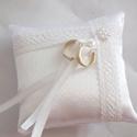 Francia csipkés szatén hófehér gyűrűpárna  - kicsi, Dekoráció, Esküvő, Gyűrűpárna, Varrás, Gyöngyfűzés, Gyönyörű, francia csipkével, viaszgyöngyből készült virággal díszített gyűrűpárna fehér szatén sely..., Meska
