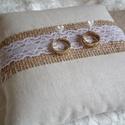 Szerelmes vintage gyűrűpárna csipkével, Dekoráció, Natúr színű lenvászon anyagból készült vintage gyűrűpárna középen zsákvászon szalaggal és romantikus..., Meska