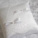 Egyszerű elegancia gyűrűpárna, Esküvő, Gyűrűpárna, Varrás, Hófehér szatén selyem anyagból készült, virág mintás csipkével, egyszerű masnikkat és gyönggyel dís..., Meska