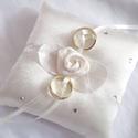 Szatén rózsás, strasszos gyűrűpárna, kicsi, Elegáns, fehér színű szatén selyem anyagból ...