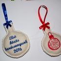 Baba karácsonyfadísz , Baba-mama-gyerek, Gyapjú filc anyagra gépi hímzéssel készült egyedi baba karácsonyfadísz.  Egyik oldalon karácsonyi gö..., Meska