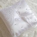 Hófehér Amadil gyűrűpárna, Esküvő, Gyűrűpárna, Egyszerű és visszafogott, hófehér szatén anyagból készített, gyönyörű hímzett csipképvel és apró gyö..., Meska