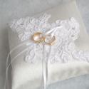 Csipkeözön gyűrűpárna, Esküvő, Gyűrűpárna, Elegáns, fényes szatén selyem anyagból készült gyűrűpárna, hófehér csipkével és gyöngyökkel díszítve..., Meska