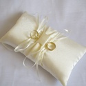 Vivi gyűrűpárna, Otthon & lakás, Esküvő, Dekoráció, Gyűrűpárna, Egyszerű, középen masnival díszített hófehér gyűrűpárna szatén selyem anyagból (ekrü színben is rend..., Meska