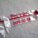 Hímzett vőfélyszalag esküvőre - név+ dátum, Esküvő, Szatén szalagokból készült feliratos vőfélyszalag, csipkével és masnival díszítve.  A szöveg gépi hí..., Meska