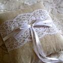 Fehér csipkés masnis, lenvászon gyűrűpárna, Esküvő, Dekoráció, Gyűrűpárna, Lenvászon anyagból készült rusztikus gyűrűpárna középen romantikus csipkével és szatén s..., Meska