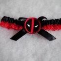 Deadpool legényfogó, combcsipke, Dekoráció, Esküvő, Gyűrűpárna, Szuper kiegésztő a szuperhősök Kedvesének!  A legényfogó fekete piros szatén szalagból készült, eleg..., Meska