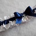 Horgonyos combcsipke, legényfogó, Esküvő, A legényfogó fehér és tengerészkék szatén szalagból készült, elegáns szatén masnival és egy fém horg..., Meska