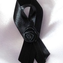 Virágos gyászszalag, Egyéb,  Fekete dupla szatén szalagból és szatén rózsából készült gyászszalag, melyet kitűző alapra rögzítet..., Meska