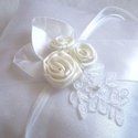 Emília szatén rózsás, csipkés gyűrűpárna, Esküvő, Menyasszonyi ruha, Elegáns, hófehér szatén anyagból készített, vastag szatén szalaggal, ekrü színű szatén rózsákkal, va..., Meska