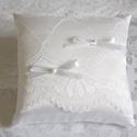 Egyszerű elegancia gyűrűpárna, Otthon & lakás, Esküvő, Dekoráció, Gyűrűpárna, Hófehér szatén selyem anyagból készült, virág mintás csipkével, egyszerű masnikkat és gyönggyel dísz..., Meska