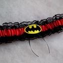Batman combcsipke, legényfogó, Esküvő, Szuper kiegészítő a szuperhősök kedvesének!   Fekete csipkéből és piros szatén szalaggal készült  gu..., Meska