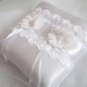 Léna esküvői gyűrűpárna , Esküvő, Kiegészítők, Gyűrűtartó & Gyűrűpárna, Varrás, Elegáns gyűrűpárna örök romantikusoknak!  Hófehér,csillogó szatén selyem anyagból készült, hímzett ..., Meska