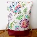 Fehér alapon virág mintás hátitáska, Fehér alapon virág mintás táska. A táska mint...