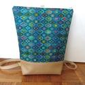 Absztrakt mintás hátitáska, Absztrakt mintás táska. A táska mintás textilb...