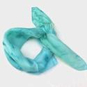 Lagúna hernyóselyem kendő, Lagúna bársonyos kék színei ihlették ezt a ny...