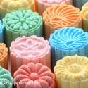 Peszgőfürdő virágok díszdobozban (9-db-os), Szépségápolás, Szappan, tisztálkodószer, Fürdősó, habfürdő, Mint egy virágoskert, színpompás virág alakú peszgőbombák különböző színekben és illato..., Meska