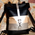 Pezsgő - ezüst - fekete hátitáska- valódi bőrrel , A táska eleje fekete különleges felületű text...