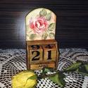 Rózsás öröknaptár, Dekoráció, Otthon, lakberendezés, Mindenmás, Konyhafelszerelés, Decoupage, szalvétatechnika, Festett tárgyak, Kedves ajándék hölgyek, lányok részére ez a rózsával díszített, romantikus öröknaptár. A hónapok né..., Meska