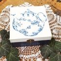 Kék teás, Dekoráció, Otthon, lakberendezés, Tárolóeszköz, Doboz, Decoupage, transzfer és szalvétatechnika, Festett tárgyak, Dekupázstechnikával készítettem ezt a kedves fa dobozt, kék és fehér színben, kívül teáskannával, b..., Meska